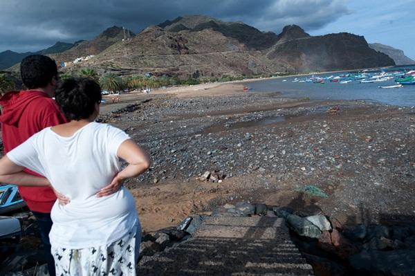 La playa de Las Teresitas amanecía llena de escombros procedentes de las escorrentías del barranco de San Andrés; una situación, la de la playa, ya evaluada por Costas. / f