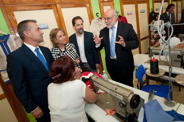Rivero realizó la visita con los empresarios, el director de FP y la consejera de Empleo. /  FRAN PALLERO