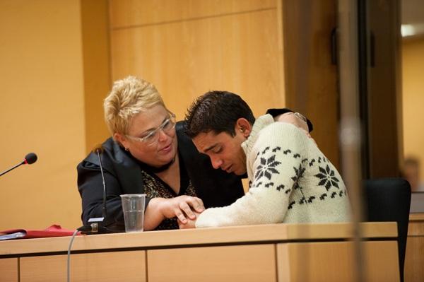 Dalayn recibe el abrazo de su abogada tras conocer el veredicto, ayer en Santa Cruz de Tenerife. /  FRAN PALLERO