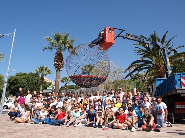 Alrededor de 50 alumnos del CEIP Adeje casco participaron en el acto solidario. / DA