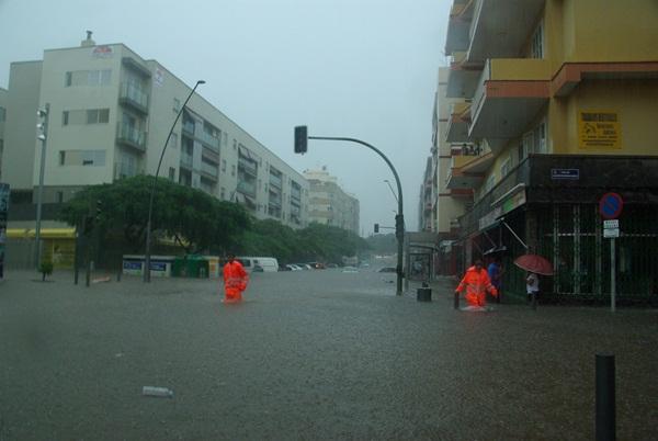Inundaciones el pasado domingo en la avenida de Venezuela, en el barrio de La Salud, de la capital tinerfeña, donde se produjo la trágica muerte de una mujer. / MIGUEL G. CANO