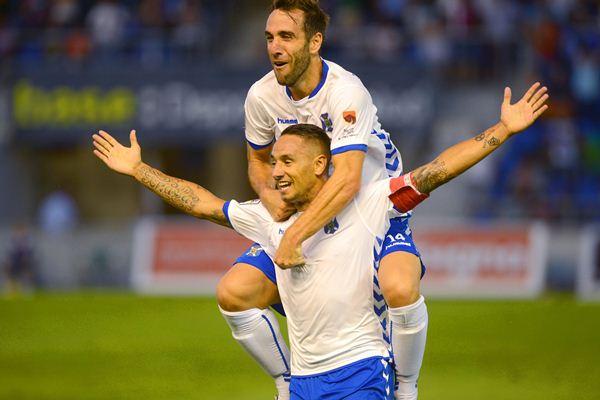Carlos Ruiz festeja con Suso la consecución del primer gol que el CD Tenerife marcó en la tarde de ayer. / SERGIO MÉNDEZ