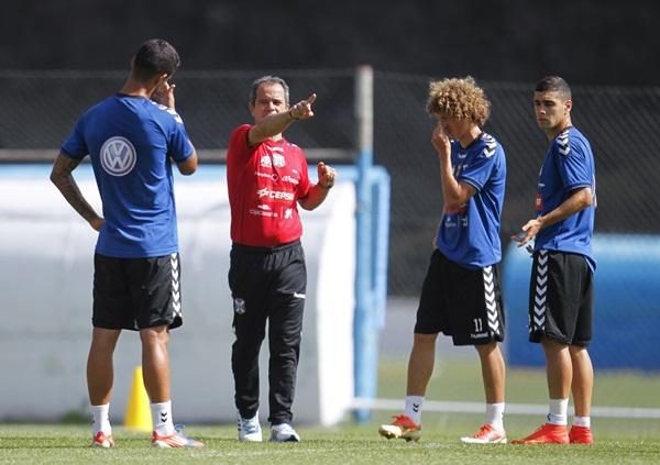 El preparador tinerfeño da instrucciones a algunos de sus jugadores durante un entrenamiento. / S.F.