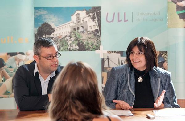 El consejero Miguel Ángel Pérez y la vicerrectora Miriam González dieron a conocer los datos de becas. / DA