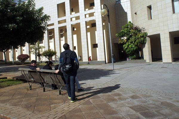 La ULL y el Cabildo han convocado por segundo año consecutivo ayudas para alumnado con especiales dificultades económicas. / J.G.