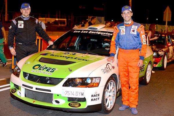 Víctor Delgado y Ignacio Eguren junto a su Mitsubishi Lancer Evo IX en la Plaza de España. | SERGIO MÉNDEZ