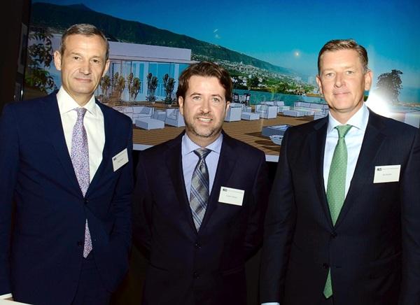 Carlos Alonso, acompañado de Jörg Lindner y Kai Richter. / DA