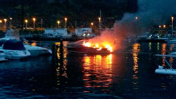 Rayo incendio barco dársena