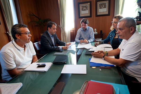 El Cabildo es la primera administración en recibir el documento que pretende dar un impulso a la costa. /  FRAN PALLERO
