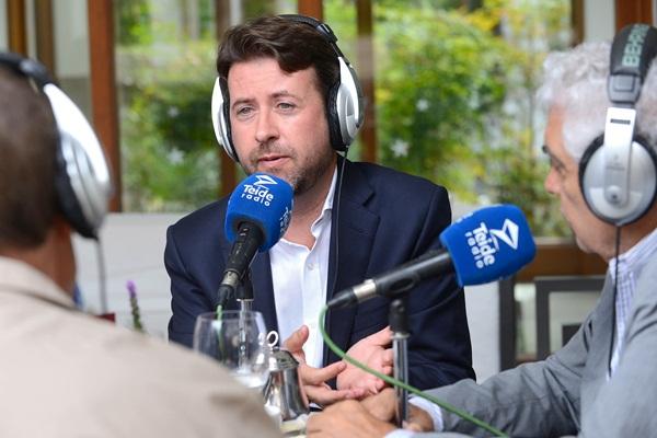 El presidente del Cabildo de Tenerife, Carlos Alonso, ayer, durante una entrevista en Teide Radio. / SERGIO MÉNDEZ