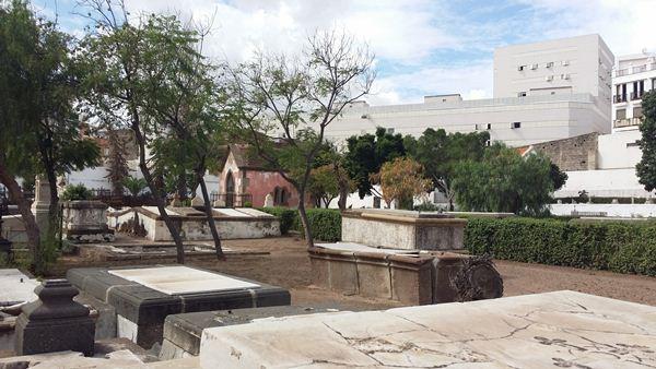 Estado actual del cementerio de San Rafael y San Roque, una vez que se han limpiado sus calles. | DA