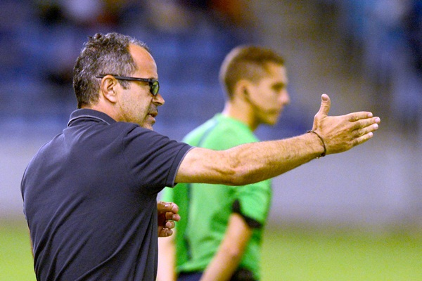 El entrenador blanquiazul da instrucciones durante el encuentro frente al Recreativo de Huelva. / SERGIO MÉNDEZ