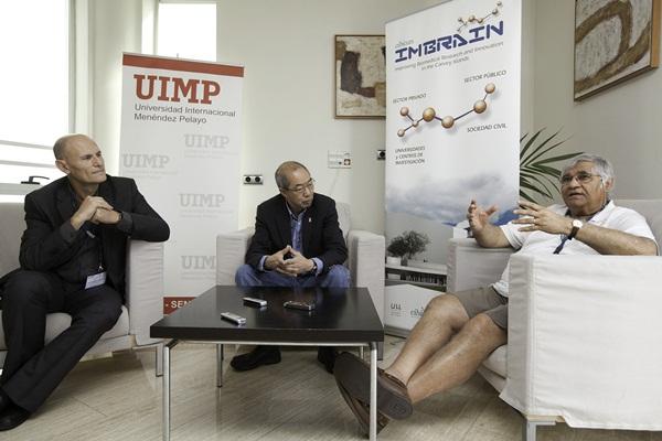 Inder Verma (d), junto al chino Tak Wah Mak y el investigador español Juan Carlos Izpisua-Belmonte (i). / DA