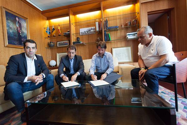 Plasencia (i), Bermúdez, Alonso y Medina, durante la firma del acuerdo entre Ayuntamiento y Cabildo. / DA