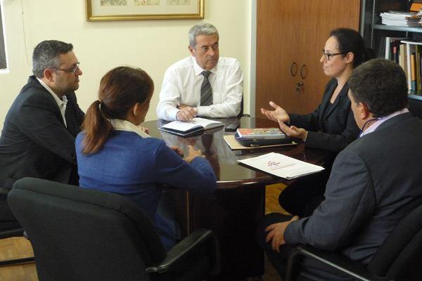 Los responsables del Instituto junto con miembros del colectivo, durante el encuentro. / DA