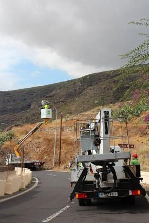 Instalación de las nuevas luminarias en una vía de Igueste. | DA
