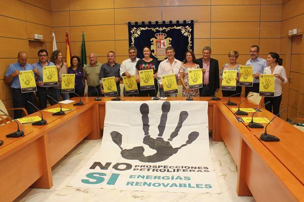 Los seis alcaldes majoreros, con consejeros del Cabildo, ayer. | DA