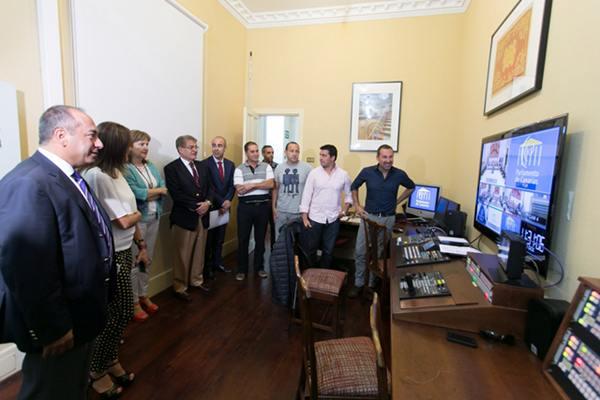 Los miembros de la Mesa del Parlamento de Canarias, en la sala de control de la señal institucional. | DA