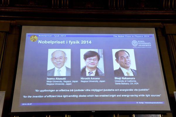 Los tres ganadores del galardón, en pantalla. / REUTERS