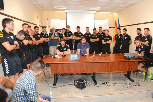 Todos los integrantes del conjunto tinerfeño secundaron al directivo Adolfo Domínguez y al capitán Pablo González durante su alocución ante los medios. / SERGIO MÉNDEZ