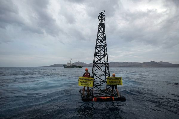 Activistas de Greenpeace, ayer en aguas de Lanzarote. / DA