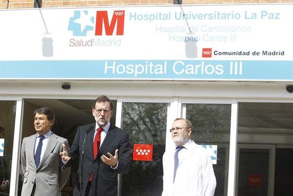 El presidente acudió al hospital a informarse sobre el estado de la enfermera contagiada