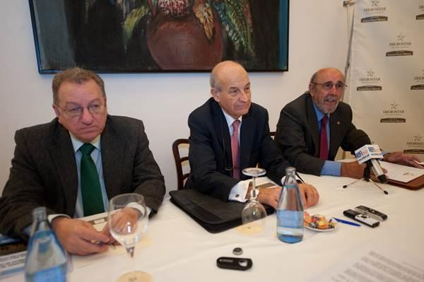 Ángel Cámara, Adolfo Rodríguez y Felipe Lobo, ayer, durante la presentación del informe. | FRAN PALLERO