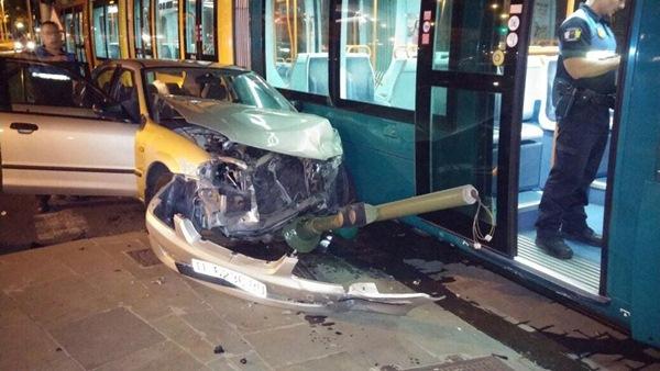 Los dos pasajeros del vehículo han resultado heridos tras la colisión. / Twitter de La Policía Local