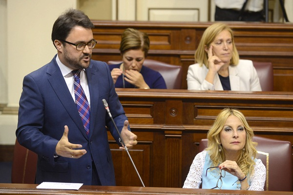 Asier Antona y Australia Navarro, durante una sesión plenaria del Parlamento de Canarias. / SERGIO MÉNDEZ