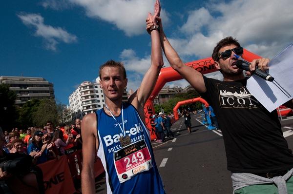 Miles de corredores disfrutaron de un día de atletismo por pleno centro  de Santa Cruz con la disputa de su primera Maratón Internacional. / FRAN PALLERO
