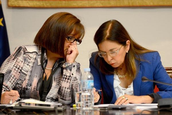 La consejera de Sanidad, Brígida Mendoza (dcha.), ayer, durante la comisión parlamentaria. / SERGIO MÉNDEZ