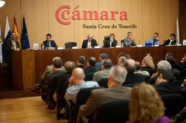 El acto de presentación del libro tuvo lugar ayer en el salón de la Cámara de Comercio. / FRAN PALLERO