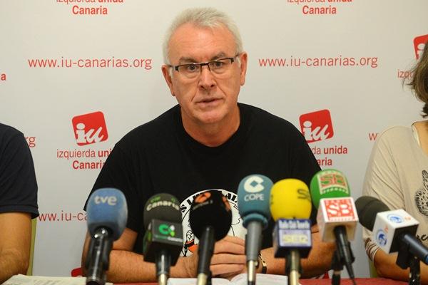 Cayo Lara, ayer durante una rueda de prensa en Tenerife. / SERGIO MÉNDEZ