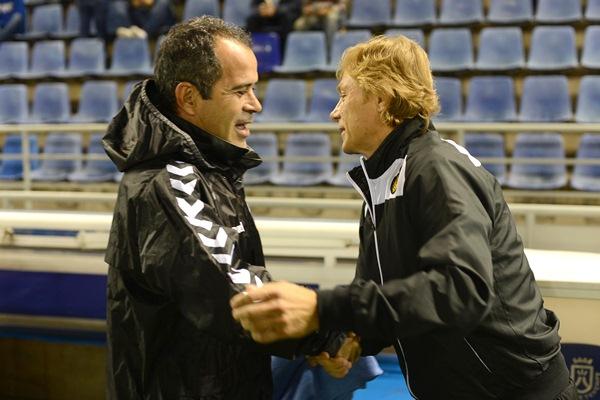 Cervera y Karpin se saludan antes del partido de ayer. / FRAN PALLERO