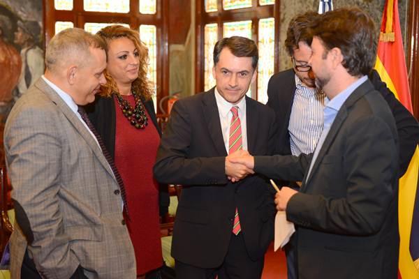 Alonso acudió ayer a la rueda de prensa acompañado por Jesús Morales, José Joaquín Bethencourt, Efraín Medina y Cristina Valido. | SERGIO MÉNDEZ