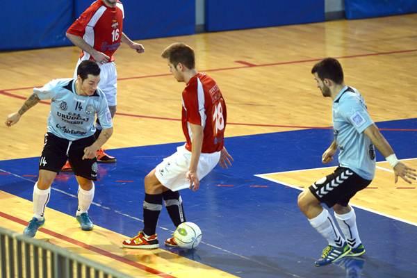 Carlos Corvo (i) podría jugar hoy su último partido con el Uruguay Tenerife. | SERGIO MÉNDEZ