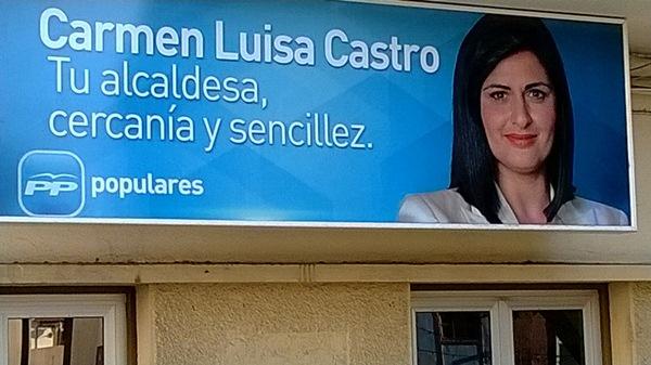 Un enorme cartel con la imagen de la alcaldesa Carmen Luisa Castro preside la sede del PP en la plaza de San Pedro de Güímar. | DA