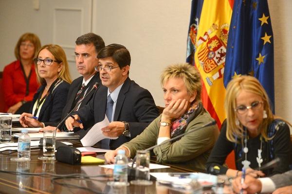 González Ortiz (tercero izda.), en la presentación parlamentaria del presupuesto de su consejería. / SERGIO MÉNDEZ