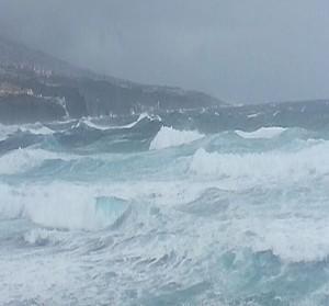 El mal estado del mar, con olas de entre cinco y siete metros, ha obligado a cancelar rutas marítimas./ PEDRO REYES