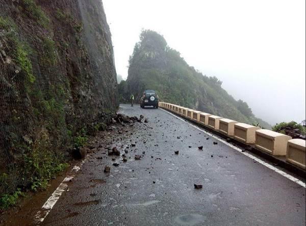 Carretera cortada por desprendimientos en Anaga.    Unidad de Montes
