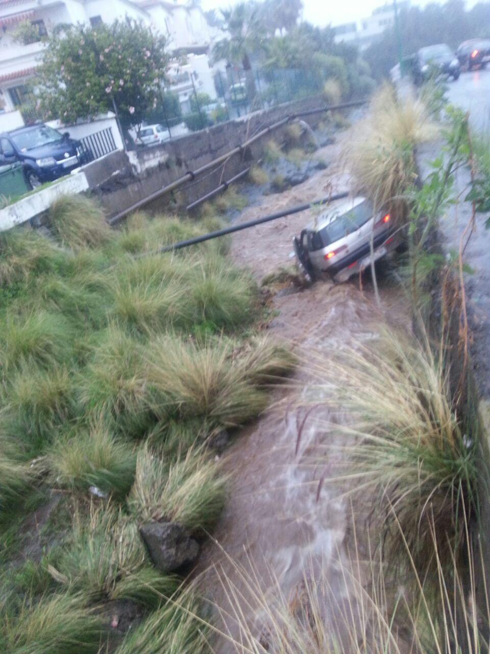 el vehículo arrastrado al barranco de Tafuriaste, en Puerto de la Cruz.    Asociación de Vecinos Urbanización Guacimara