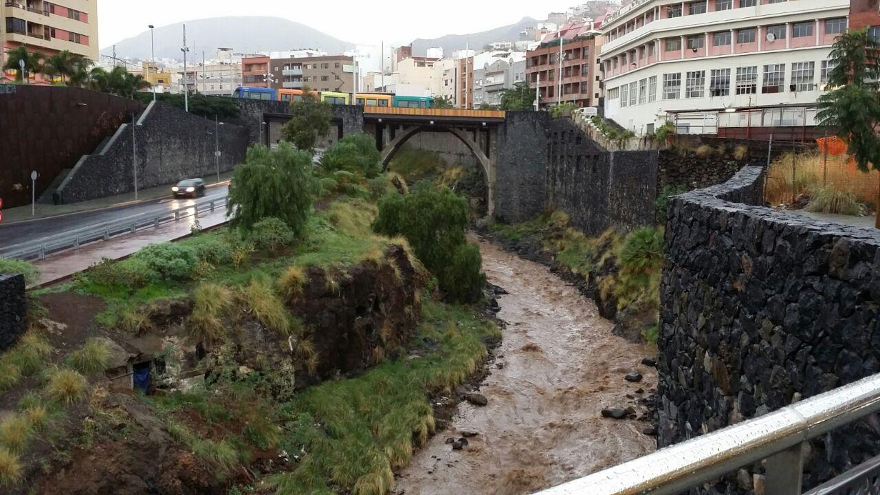 El agua corre en el barranco de Santos.   DA