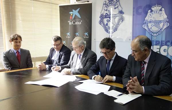Momento de la firma del acuerdo sellado ayer entre los representantes de Fepeco y CaixaBank. | DA