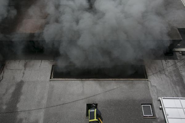 Sobre las 03:00 horas, en la extinción de un incendio declarado en nave industrial ubicada en la calle José Hernández Guzmán, en el polígono industrial del Mayorazgo, en la capital tinerfeña. / BOMBEROS DE TENERIFE