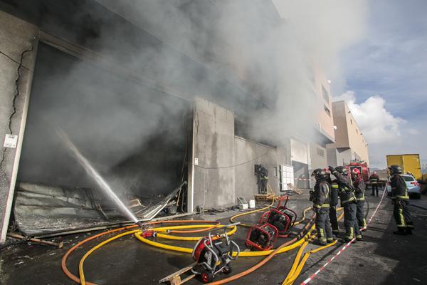 Llegados al lugar, los bomberos corroboraron que se trataba de un incendio de mayor magnitud debido a que se había originado en una nave industrial. / BOMBEROS DE TENERIFE