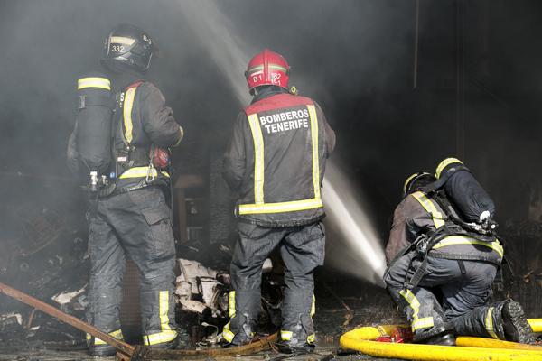 En torno a 27 bomberos trabajaron para controlar el incendio. / BOMBEROS DE TENERIFE