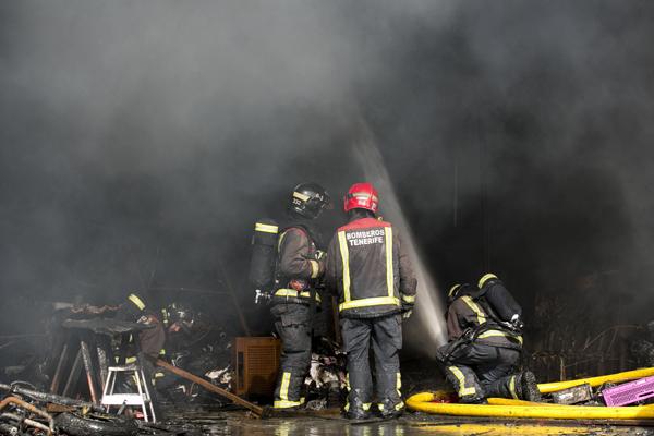 El incendio está controlado, pero diversas dotaciones de efectivos continúan trabajando para la extinción total. / BOMBEROS DE TENERIFE