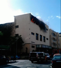 Las llamas afectaron a la parte alta del edificio. | POLICÍA LOCAL