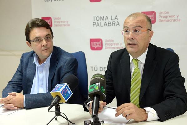 José Manuel Marrero Alonso y Miguel Ángel González Suárez, ayer en la sede de UPyD-Tenerife. / SERGIO MÉNDEZ