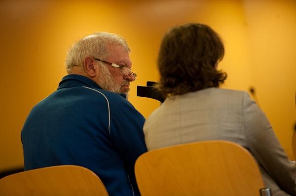 El acusado escucha a la intérprete, ayer en la Audiencia. / FRAN PALLERO